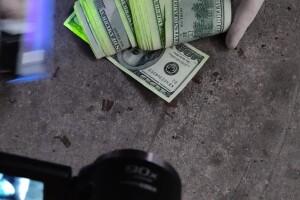 На Волині затримали поліцейського за хабар у 3000 доларів
