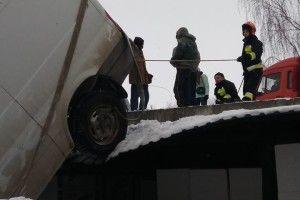 На Коновальця у Рівному рятували «Форда»-акробата (фото)