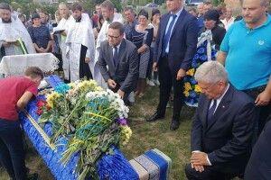 І навіть польський маршалек став на коліно перед українським Героєм