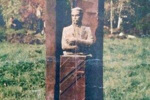Тимчасовий пам'ятник Липинському стоїть уже 19літ іпотрохи розвалюється...