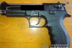 У Рівному посеред білого дня дядько за 3800 гривень продав пістолет (фото)