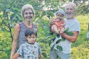64-річний Петро Панчук привіз уЛобачівку новонароджену доньку інову виставу (Відео)