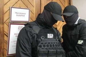 Штурм виставки картин Порошенка. Антикорупційний суд зобов'язав відкрити справу проти слідчих ДБР