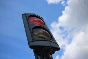 Влаштували справжній поєдинок: у Києві двоє водіїв не поділили дорогу і побилися прямо на трасі (Відео)