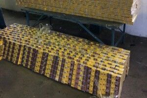 На Волині на кордоні з Білоруссю у вантажівці зі склопакетами прикордонники виявили партію сигарет (Фото, відео)