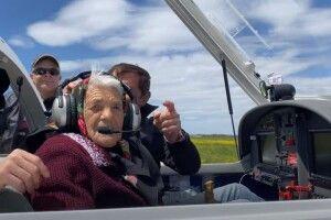 У 90 років бабуся сіла за штурвал літака (Відео)