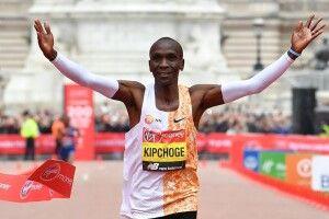 Кенієць Кіпчоге— перша людина, яка пробігла марафон менш ніж задві години