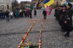 «Зроніть сльозу і хай не гасне свічка!»: лучани вшанували пам'ять жертв Голодомору (Фото, відео)