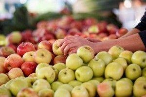 Більшість людей неправильно їсть яблука - вчені