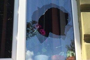 Розбишака розбив чотири вікна в будівлі прокуратури Волинської області (фото)