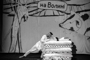 «Що робить гора Фудзі в час, коли на Волині обрізують буряки?»: у Луцьку показали виставу «Кострубізми. Кумановський»