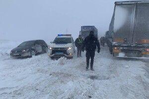 Поблизу Рівного на об'їзній автодороги «Київ-Чоп» до снігового полону потрапили сотні вантажівок (Фото)