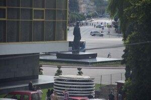 У центрі Луцька, де терорист утримує заручників, знову пролунали постріли