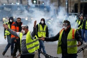 У Парижі «жовті жилети» знову почубилися з поліцією