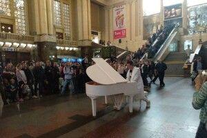 Піаніст Хмара влаштував несподіваний концерт на київському вокзалі: грав «Червону руту»   (ВІДЕО)