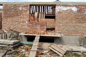 На Волині недобудовний гуртожиток для військових перетворився на сміттєзвалище