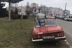У Луцьку червоний «Москвич» атакував зелену зону (фото)