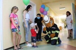 У Дніпрі до дитячої лікарні пробрався... пожежник-бобер (фото)