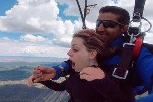 Чоловік зробив пропозицію коханій на висоті 5 тисяч метрів та з каблучкою у зубах