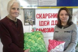 Євгенія Данилюк у свої 75-ть в'яже, плете з соломи, вишиває і ...творить поезію