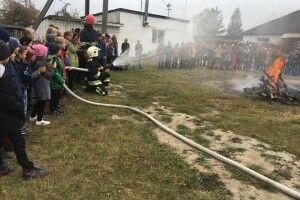 Бійці ДСНС разом з рокитнівськими школярами гасили ватру (фото)