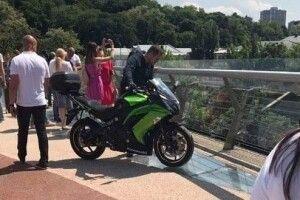 У Києві на новенькому пішохідному мосту бачили чоловіка з мотоциклом
