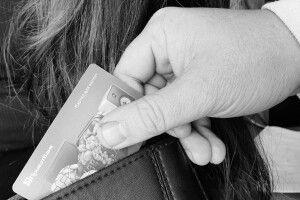 На Волині злодій поцупив у жінки банківську картку та зняв із неї гроші