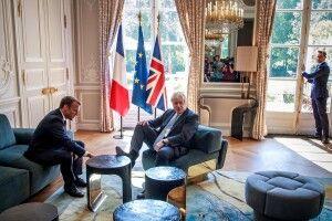 Борис Джонсон поклав ногу на стіл під час зустрічі з Еммануелем Макроном в Єлисейському палаці