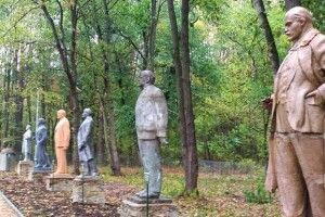 Парк на Сумщині: йдеш наліво  - бачиш Леніна, йдеш направо - Сталіна