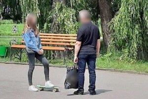 Злапали дядька, який посеред білого дня знімав у парку штани і показував дівчатам свого цюцюрника