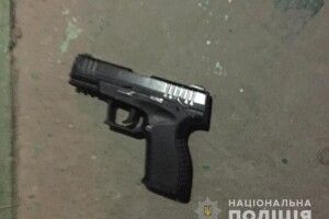 У Нововолинську п'яний чоловік стріляв з пістолета у дворі будинку