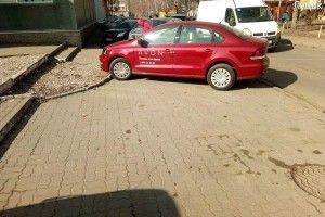 У Луцьку на гарячому застукали автохамидло на червоному «Фольксвагені» (фото)