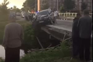 У місті на Волині позашляховик завис на мосту (Відео)