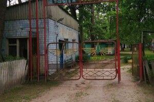 На Київщині двоє дітей провалилися у вбиральні до вигрібної ями: 10-річну дівчинку врятувати не вдалося (Фото)
