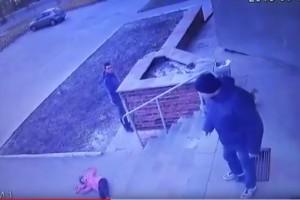 Жахливий інцидент у місті Вараш: батько зіштовхнув доньку з бетонних сходинок (Відео)