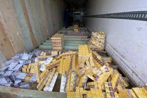 Бензопилою та болгаркою прикордонники вирізали із причепа 27 тисяч пачок сигарет (Фото, відео)
