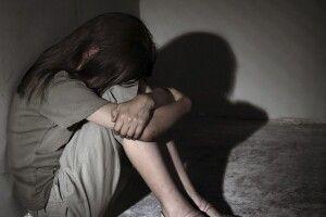 У школі дівчинку поставили на коліна та жорстоко побили (Відео моменту)