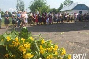 Із квітами і травами: як в Іваничах відзначали Трійцю (Фото)