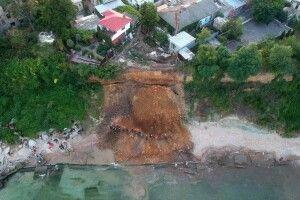 В Одесі зсув грунту накрив пляж