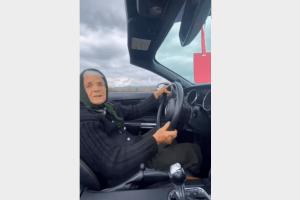 А ви вже бачили, як українська бабуся-блогерка каталася на кабріолеті? (Відео)