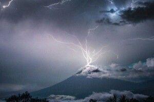 Фотограф зафіксував мить, коли блискавка потрапила у кратер вулкана