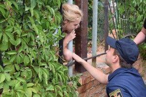 У Миколаєві рятували дівчинку, яка застрягла в металевому паркані