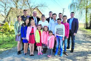 Підтримайте кандидатів на звання «Людина року» – волинську родину, яка виховує 28 прийомних дітей