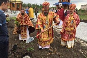 Митрополит Луцький і Волинський Михаїл озброївся штиковою лопатою і гайнув на Донбас (фото)