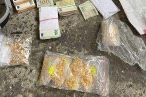 На кордоні з Польщею затримали бус: знайшли золото та валюту