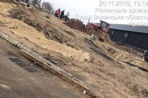 Муніципали змусили порушників благоустрою прибрати бруд на дорозі