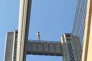 У Києві двійко хлопчаків та 20-річний юнак видерлися на 130-метровий Південний міст заради селфі