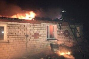 Серед ночі на Волині горів будинок: вогонь повністю знищив дах (Фото)