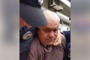 «Що ви робите з людиною!?» У Чернівцях правоохоронці «скрутили» дідуся, який торгував, де не можна (Відео)