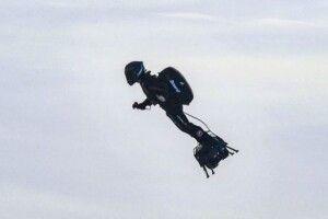 Французький винахідник успішно перетнув Ла-Манш на летючій дошці (Відео)